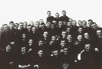 Luigi Giussani, al centro della foto, con i suoi compagni di classe nel seminario di Venegono [© Archivio CL]