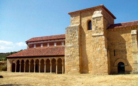 La chiesa di San Miguel de Escalada, a trenta chilometri da León, fu fondata nel 913 da monaci in fuga da Cordoba. Gli archi moreschi del portico a forma di ferro di cavallo sono tipici dell'architettura mozarabica